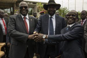 Riek Machar (à gauche) avec Salva Kiir (au centre).